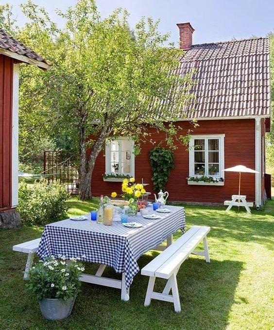 Mesa de jardim com bancos na cor branca para refeições ao ar livre