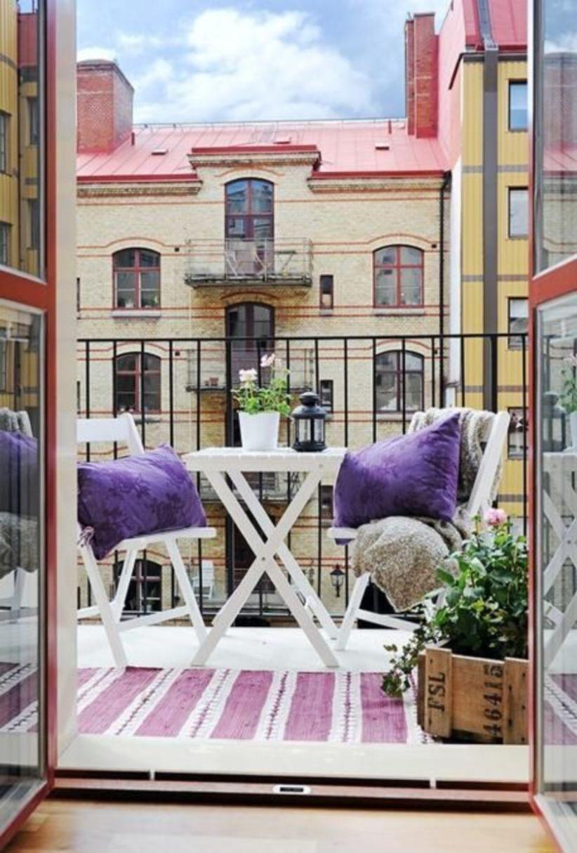 Mesa para sacada branca com almofadas roxas