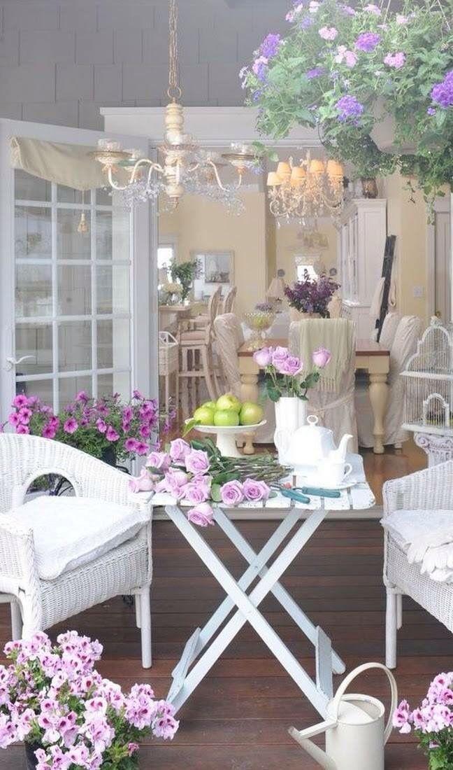 Mesa para sacada branca na decoração romântica