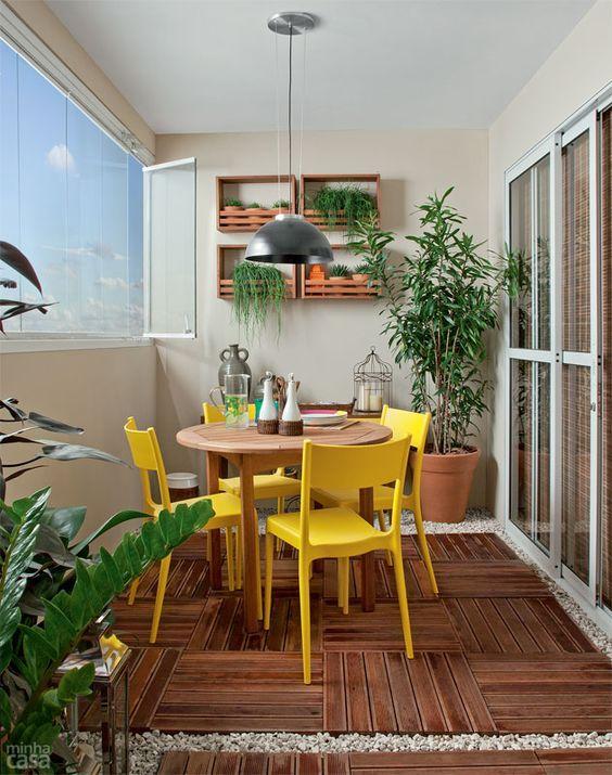 Mesa para sacada com cadeira amarela