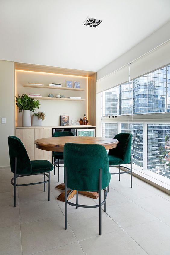 Mesa para sacada com cadeira estofada verde