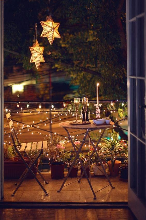 Mesa para sacada com decoração romântica