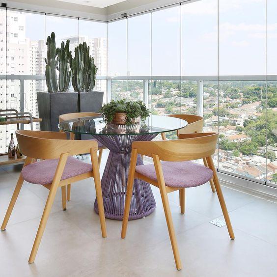 Mesa para sacada de ferro com cadeira de madeira