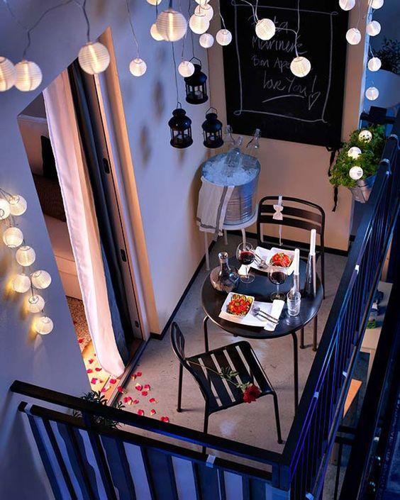 Mesa para sacada de ferro e com decoração iluminada