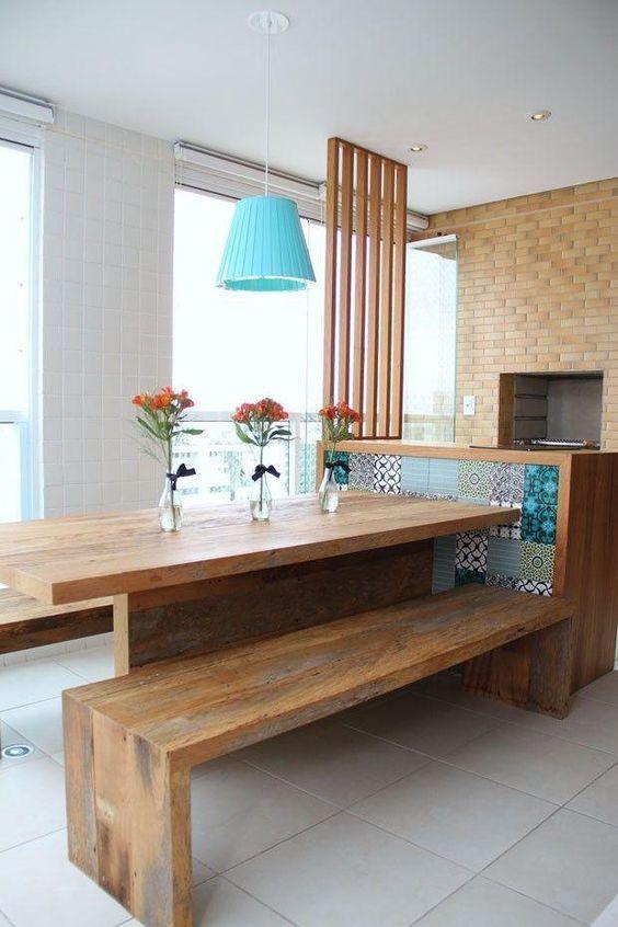 Mesa para sacada de madeira com banco e lustre azul
