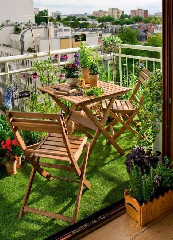 Mesa para sacada de madeira com decoração de plantas