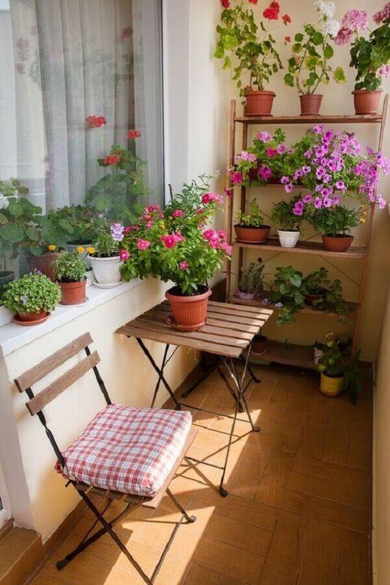 Mesa para sacada de madeira com estante de flores