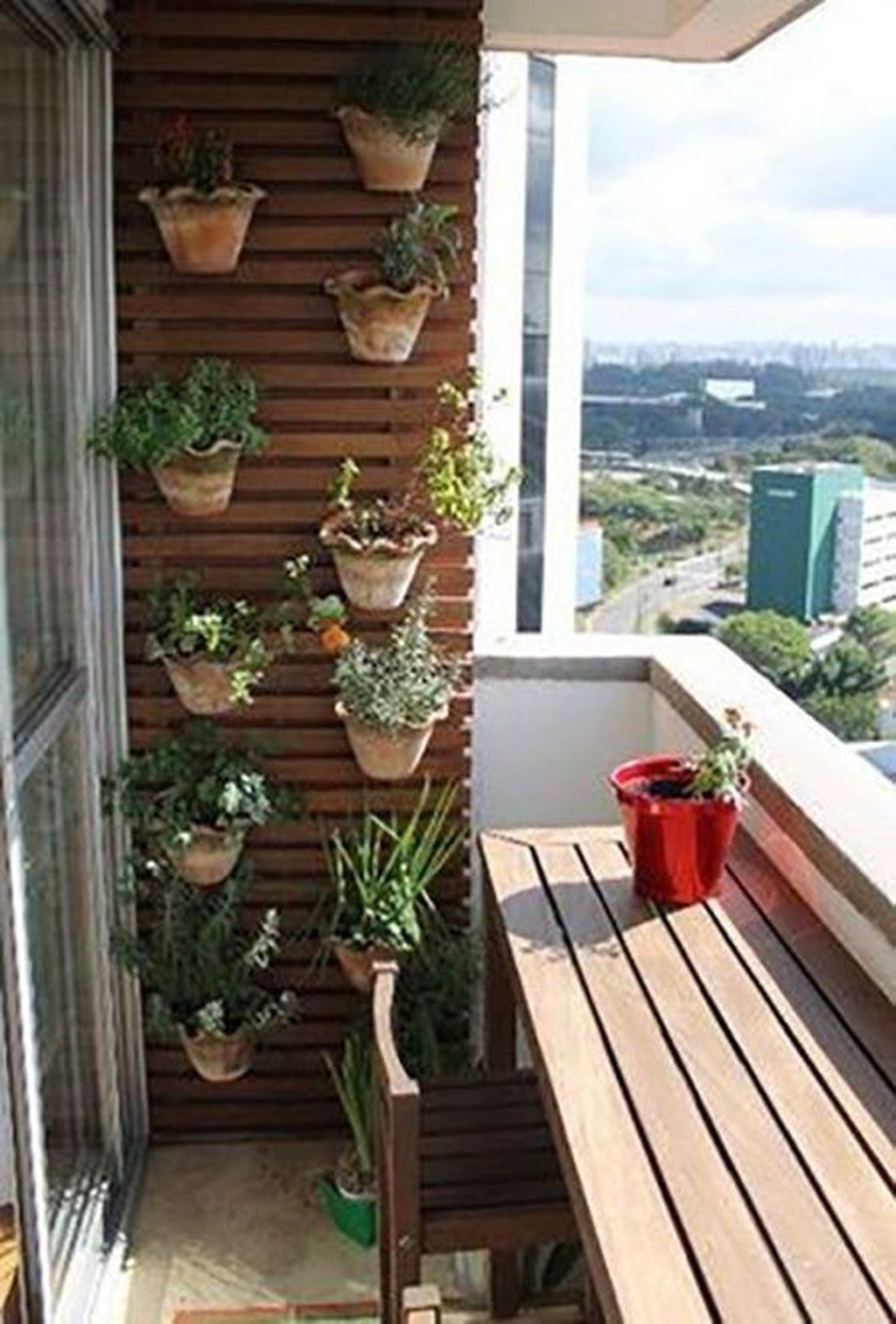 Mesa para sacada de madeira com jardim vertical