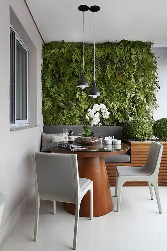 Mesa para sacada de madeira redonda com cadeira cinza moderna