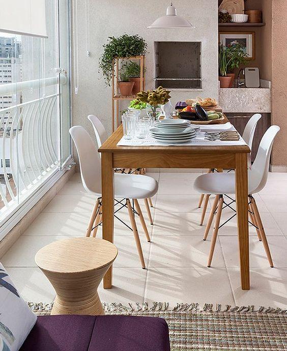 Mesa para sacada de madeira com cadeiras brancas