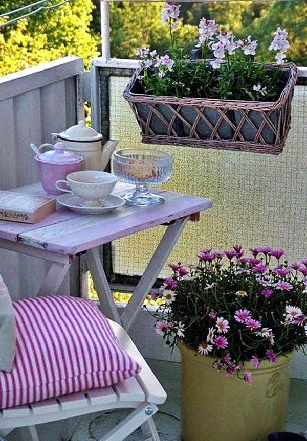 Mesa para sacada lilás com flores