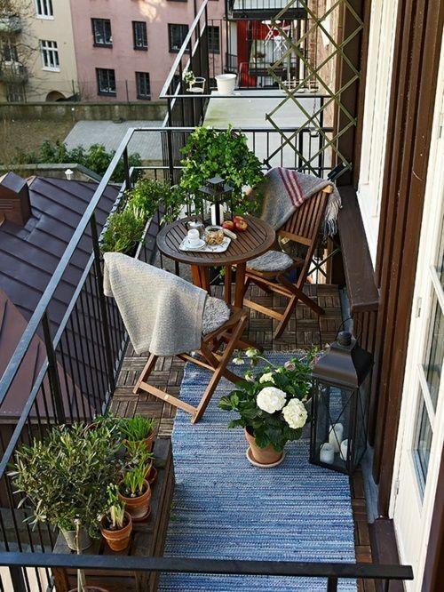 Mesa para sacada pequena decorada com flores e plantas