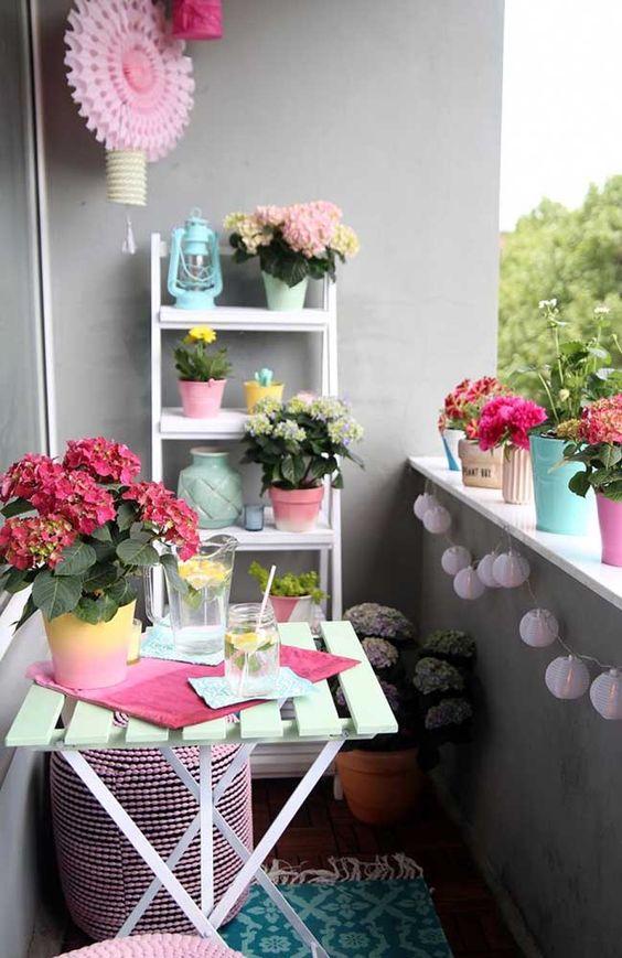 Mesa para sacada pequena e de madeira decorada com flores