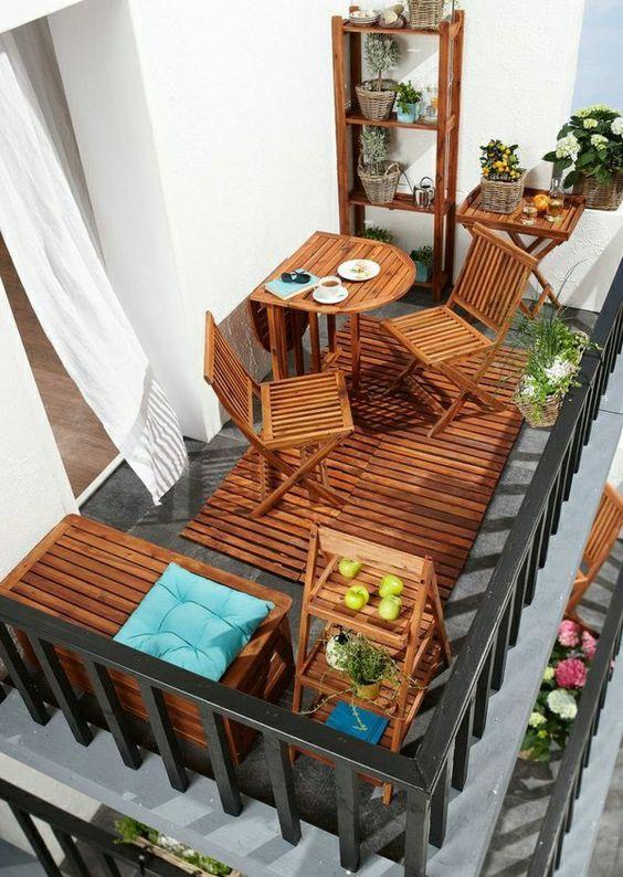 Mesa para sacada pequena feita de madeira
