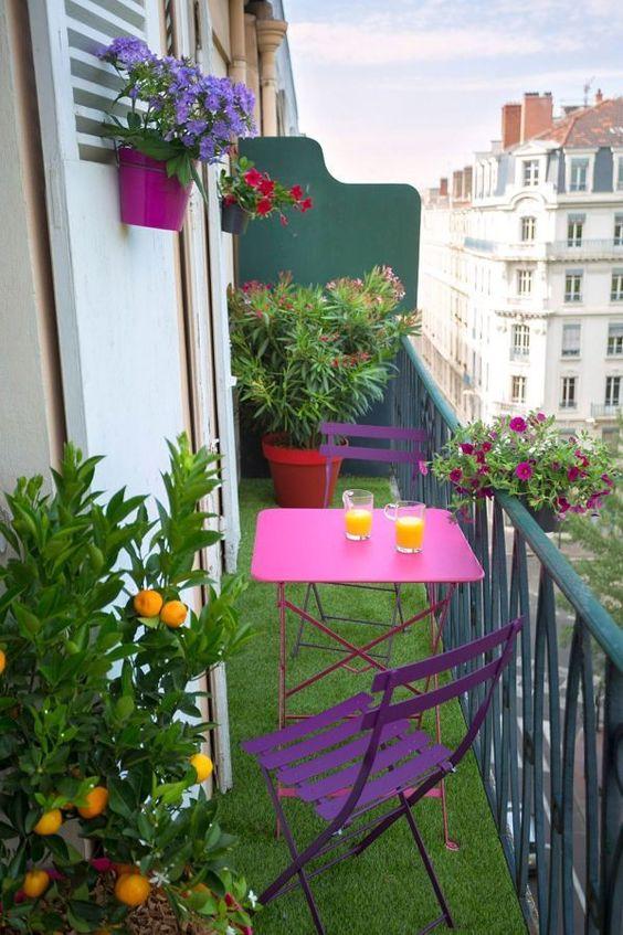 Mesa para sacada pequena lilás com mini horta e flores