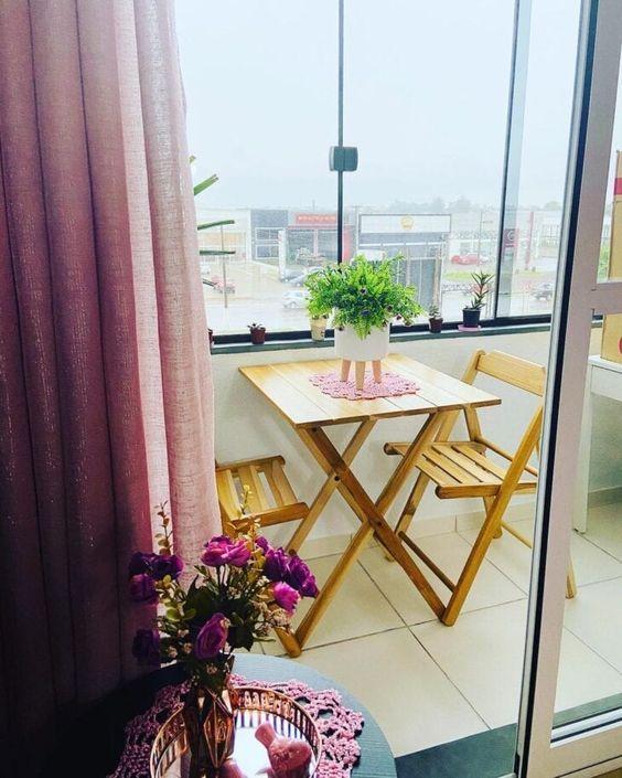Mesa para sacada pequena com decoração roxa