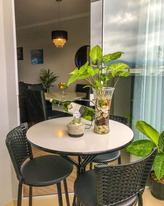 Mesa para sacada redonda decorada com flores