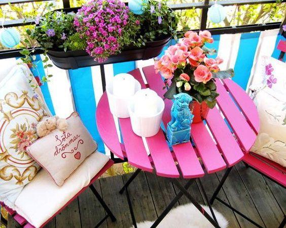 Mesa para sacada rosa e pequena com decoração de flores