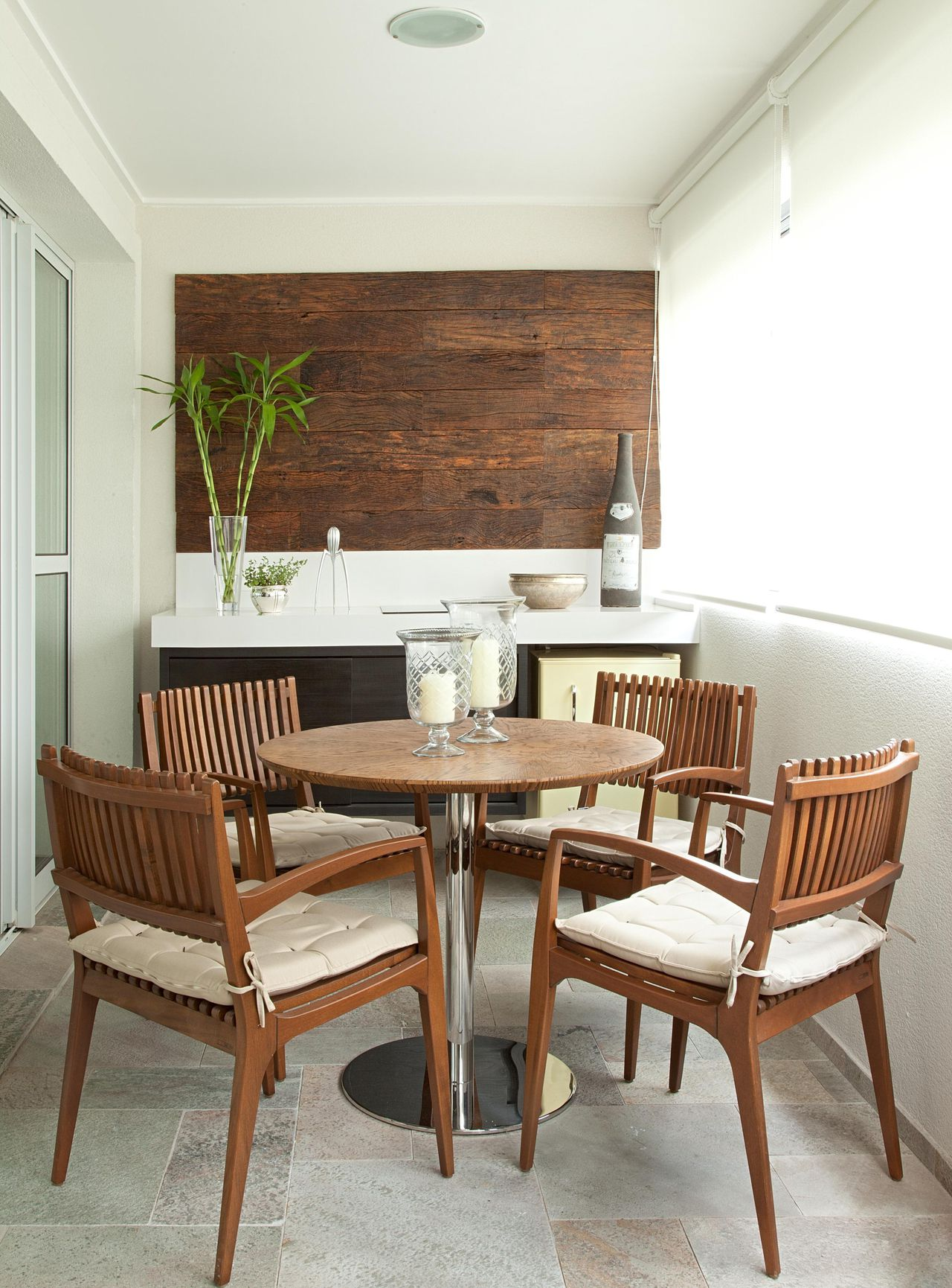 Mesa pra sacada com cadeiras de madeira