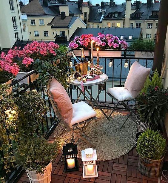 Mesa redonda para sacada romântica