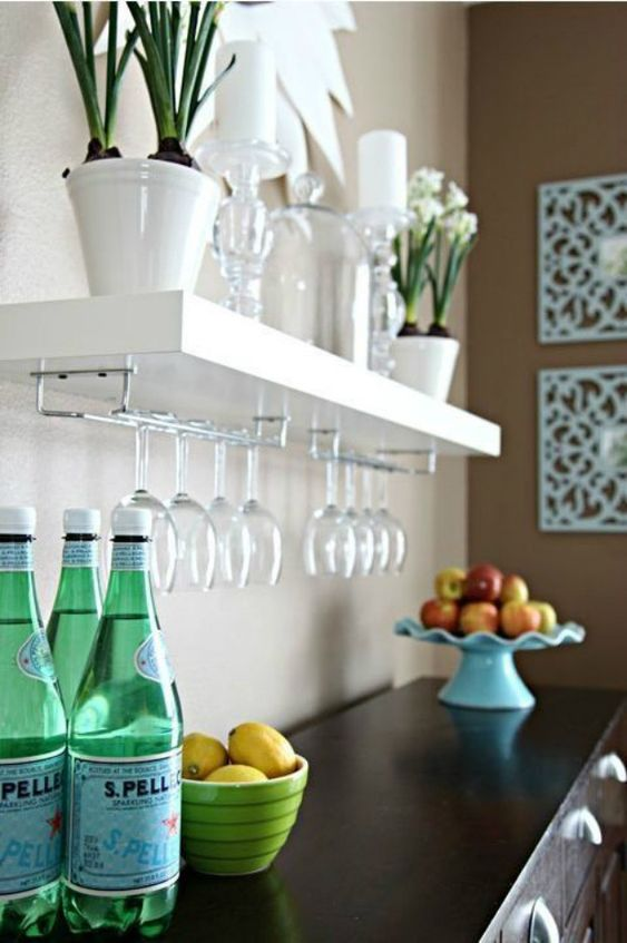 Mini cristaleira de parede branca na cozinha moderna