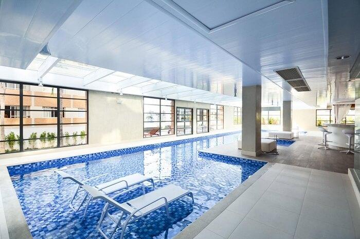 Modelo de piscina com prainha coberta. Projeto de Bender Arquitetura