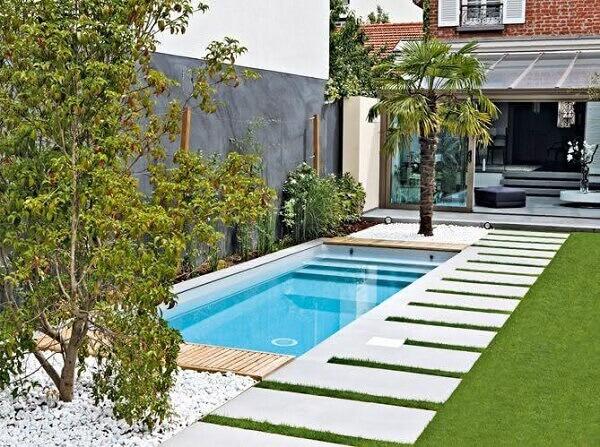 Modelo de piscina com prainha e escada em formato retangular. Fonte: Pinterest