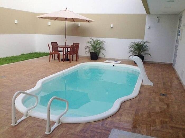 Modelo de piscina de fibra com prainha e escada. Fonte: Pinterest