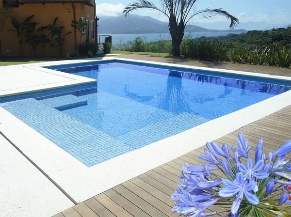 Modelo de piscina de vinil com prainha. Fonte: Pinterest
