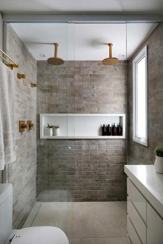 Nicho de porcelanato para banheiro amadeirado e branco