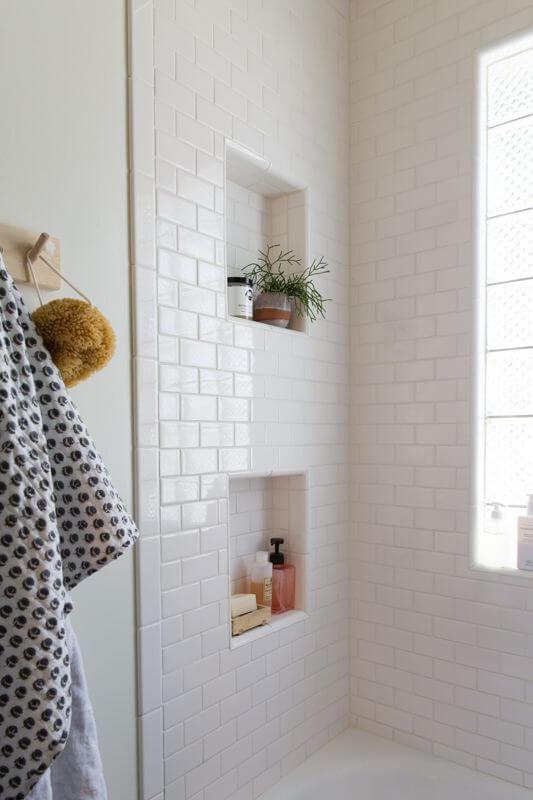 Nicho e porcelanato para banheiro moderno com tijolinho