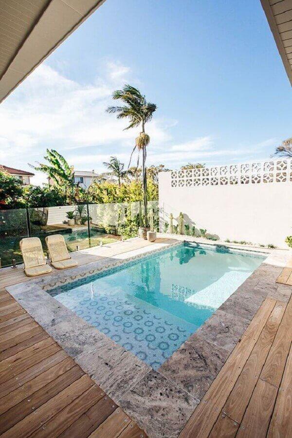 O azulejo da piscina retangular com prainha traz um charme para o projeto. Fonte: Pinterest