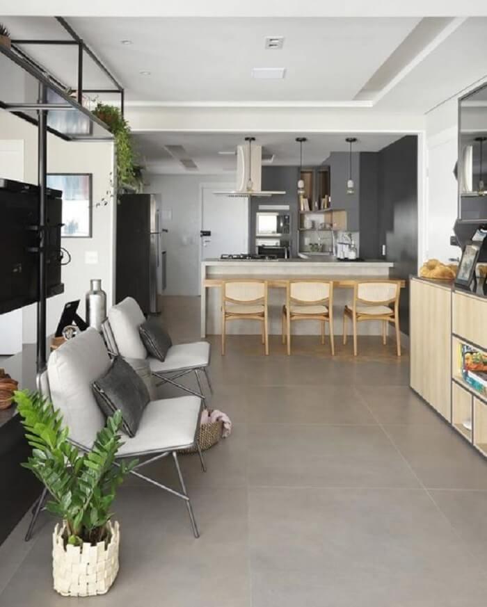 O piso fosco cinza reflete o estilo industrial na decoração. Fonte: Pinterest