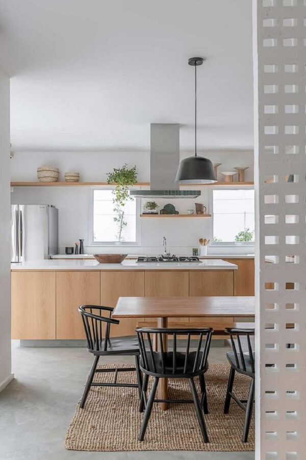 O piso fosco em cimento queimado é muito usado em projetos de cozinha. Fonte: Casa de Valentina