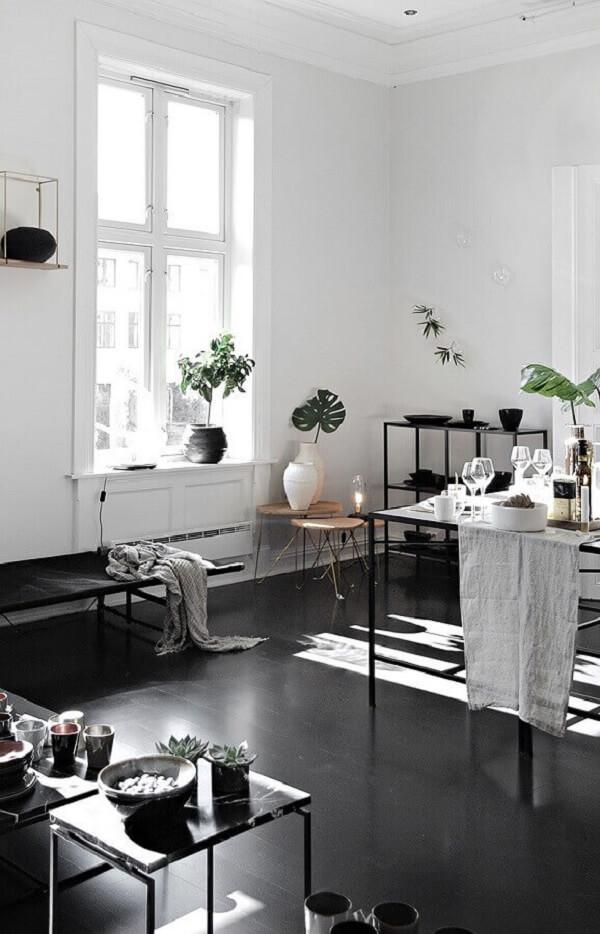 O piso fosco preto foi o revestimento escolhido para o cômodo. Fonte: Pinterest