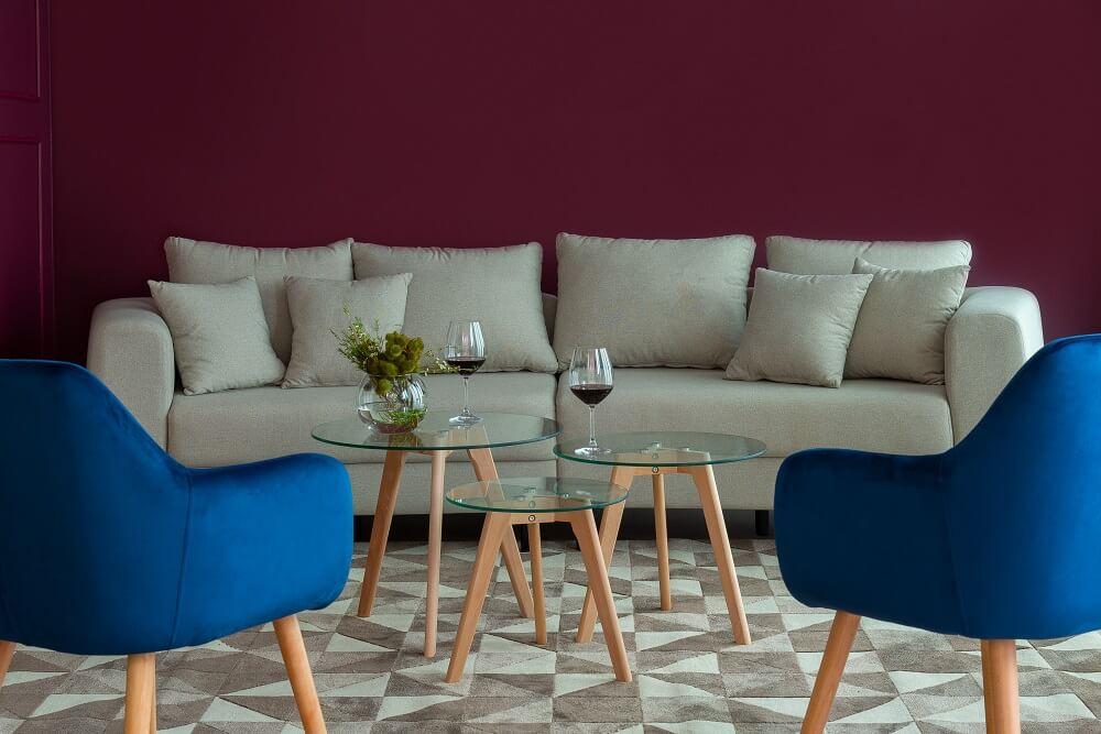Para criar um ambiente mais aconchegante procure alinhar os assentos de modo que formem uma espécie de círculo. Fonte: Mobly