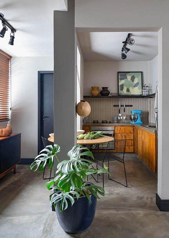 Porcelanato cimento queimado com cozinha de madeira e plantas na decoração
