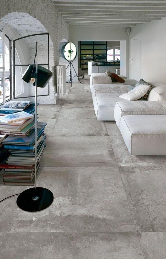 Porcelanato cimento queimado com sofá branco