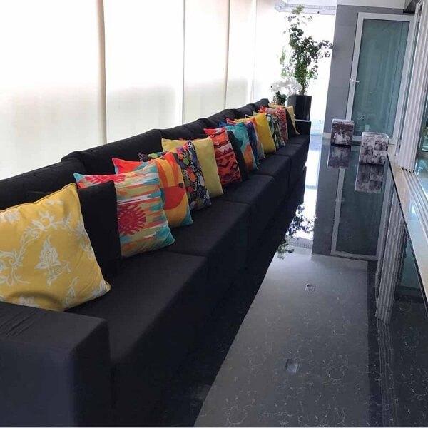 Porcelanato liquido preto com almofadas coloridas