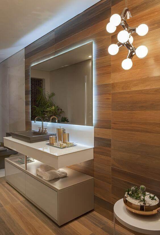 Porcelanato para banheiro amadeirado com iluminação moderna