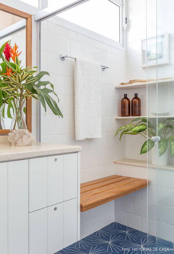 Porcelanato para banheiro branco com móveis de madeira