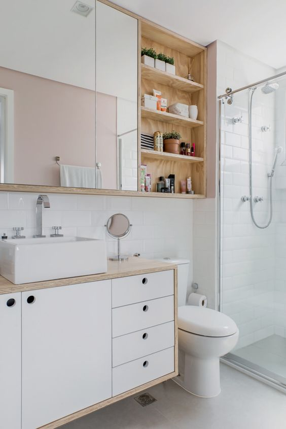 Porcelanato para banheiro branco com móveis de madeira e espelheira de armário