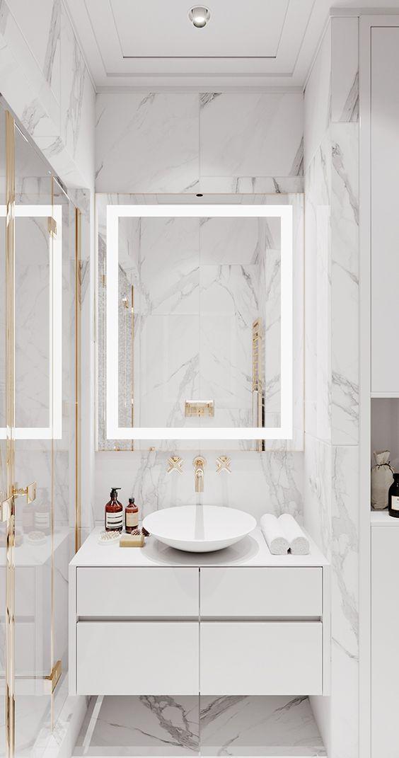 Porcelanato para banheiro marmorizado com torneira dourada
