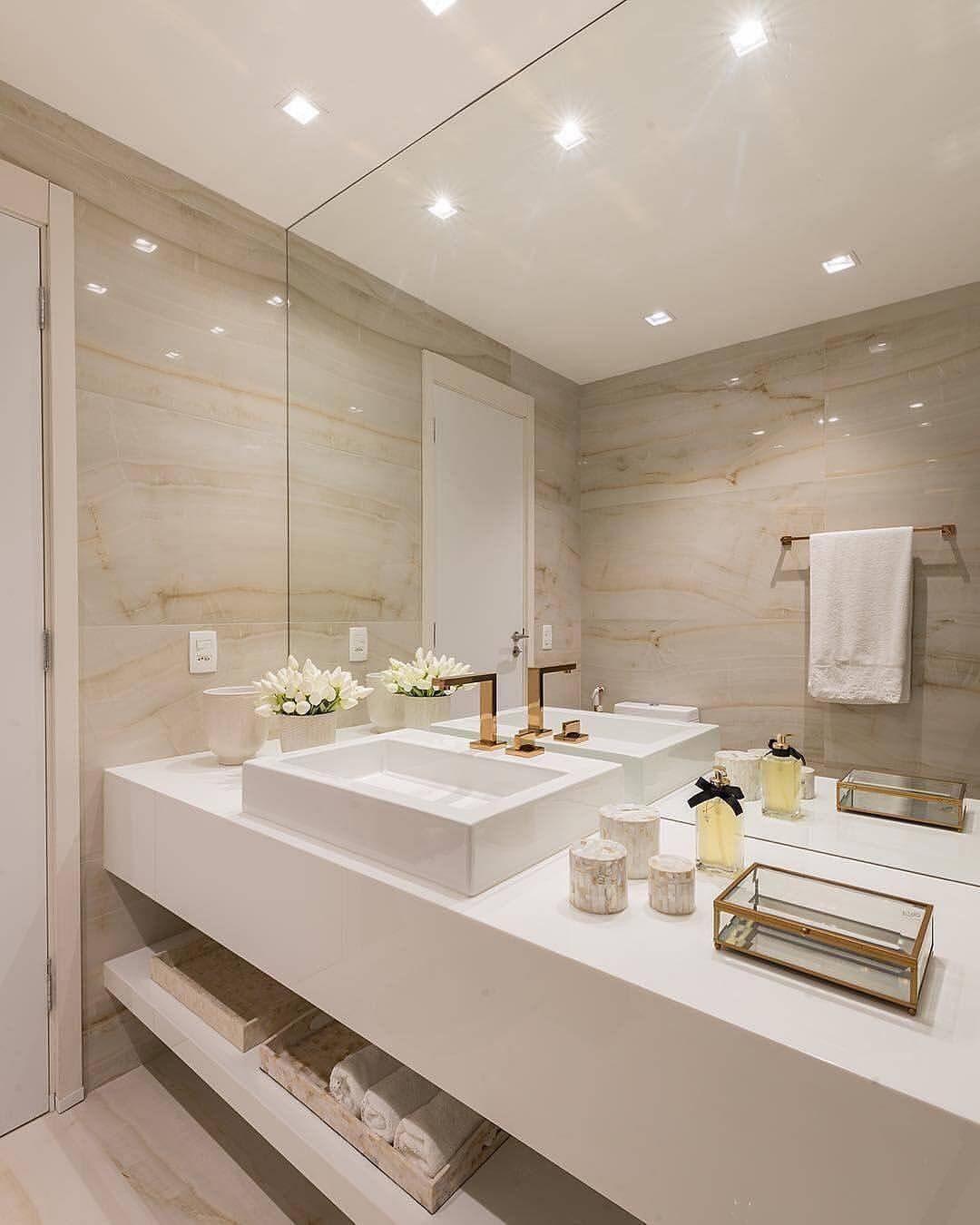Porcelanato para banheiro marmorizado e bancada branca chique