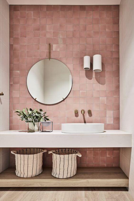 Porcelanato para banheiro rosa com bancada branca