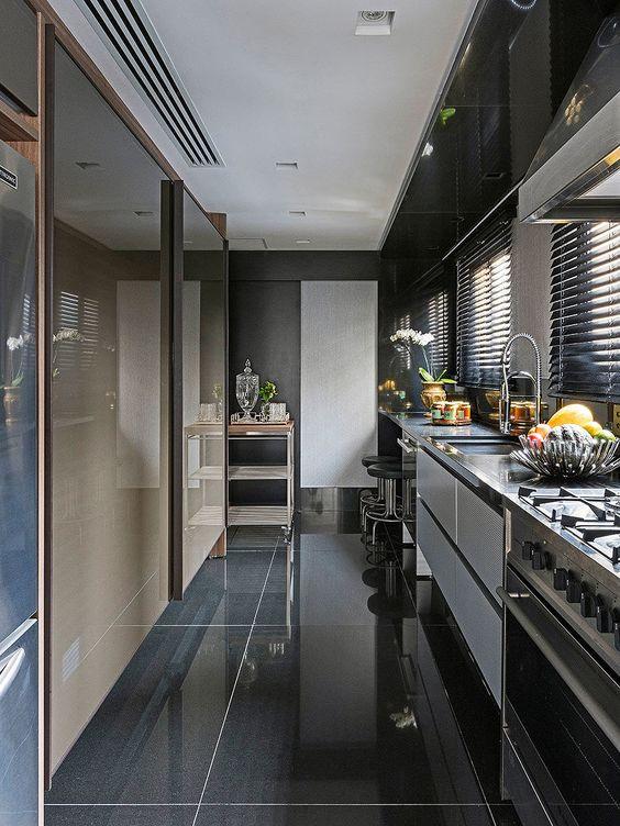 Porcelanato preto com armario combinando no projeto moderno