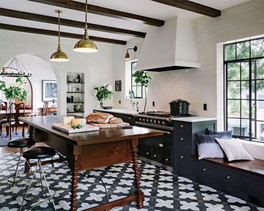 Porcelanato preto e branco na cozinha com bancada