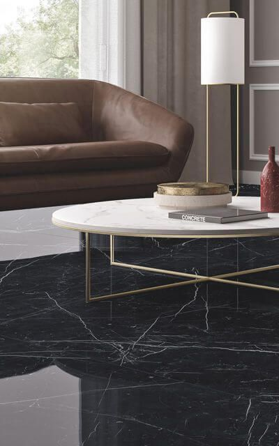 Porcelanato preto marmorizado com mesa de centro branca