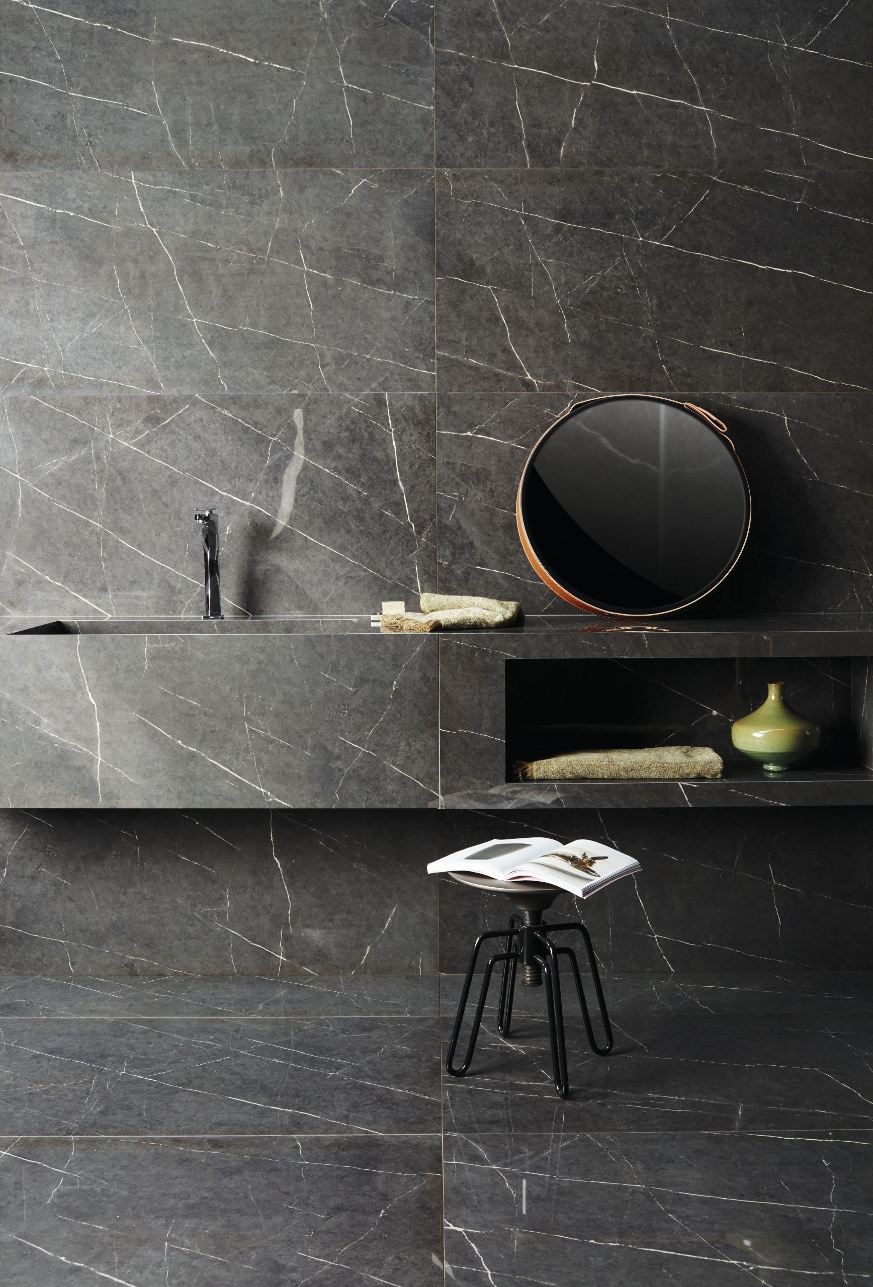 Porcelanato preto marmorizado no banheiro com pia do mesmo material