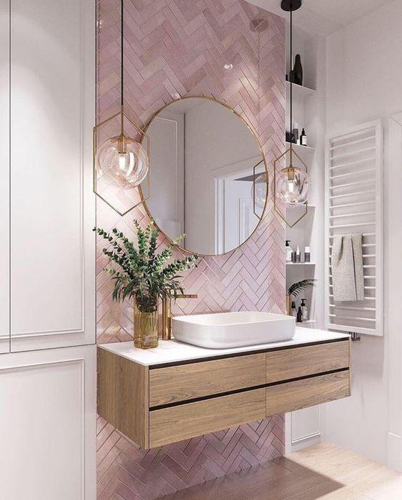 Porcelanato rosa com gabinete de madeira